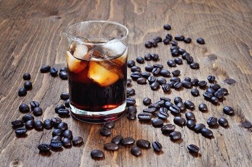 Κόκκοι καφέ και καφές σε ποτήρι
