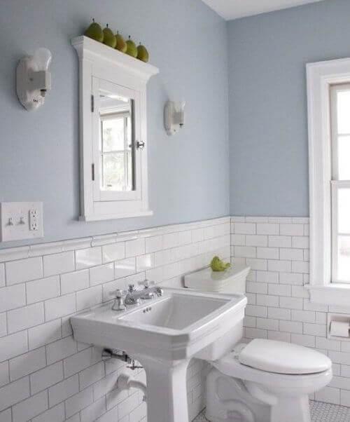μπάνιο στα άσπρα, τουαλέτα και νιπτήρας, διακόσμηση του μπάνιου