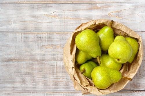 αχλάδι σε χάρτινη σακούλα