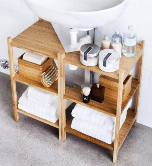 ράφια κάτω από τον νιπτήρα γεμάτα πράγματα μπάνιου, διακόσμηση του μπάνιου