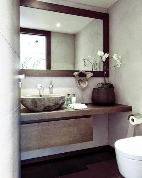 καθρέφτης σε μπάνιο πάνω από νιπτήρα, διακόσμηση του μπάνιου