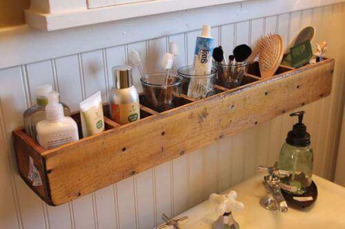 κρεμαστά ράφια γεμάτα πράγματα μπάνιου, διακόσμηση του μπάνιου