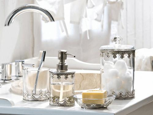 νιπτήρας με μπουκάλια γυάλινα για σαπούνι, διακόσμηση του μπάνιου