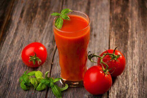 Εβδομαδιαία αποτοξίνωση με χυμό ντομάτας, σκόρδο και κουρκουμά, χυμός