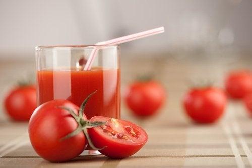 Εβδομαδιαία αποτοξίνωση με χυμό ντομάτας, σκόρδο και κουρκουμά