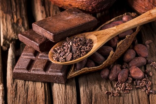 κακάο σε κομμάτια και κομμάτια σοκολάτας