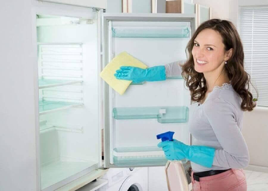 Μαγειρική σόδα και λευκό ξύδι για καθαρισμό του ψυγείου