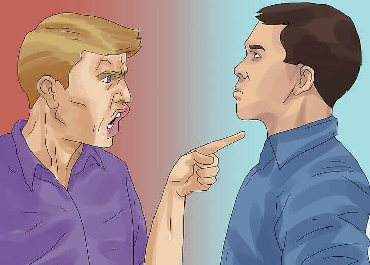 άνδρας που κριτικάρει τον άλλο δείχνοντας το δάκτυλο