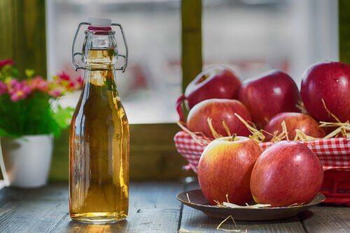 μηλόξυδο σε γυάλινο μπουκάλι