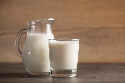 Οι 4 φυσικοί τρόποι αντιμετώπισης της αϋπνίας που χρειάζεστε, γάλα με μέλι