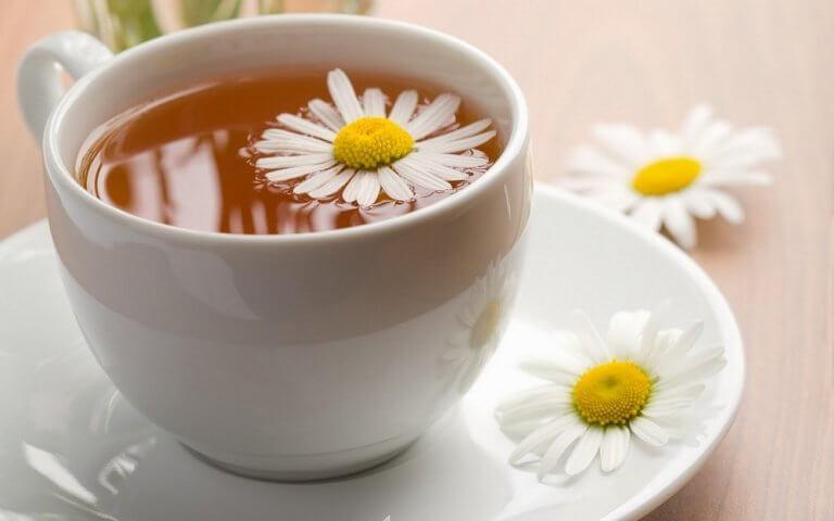 Οι 4 φυσικοί τρόποι αντιμετώπισης της αϋπνίας που χρειάζεστε, τσάι χαμομηλιού