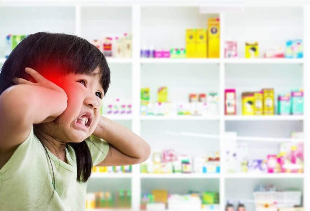 Συμπτώματα της μηνιγγίτιδας - Κοριτσάκι με φωτοευαισθησία