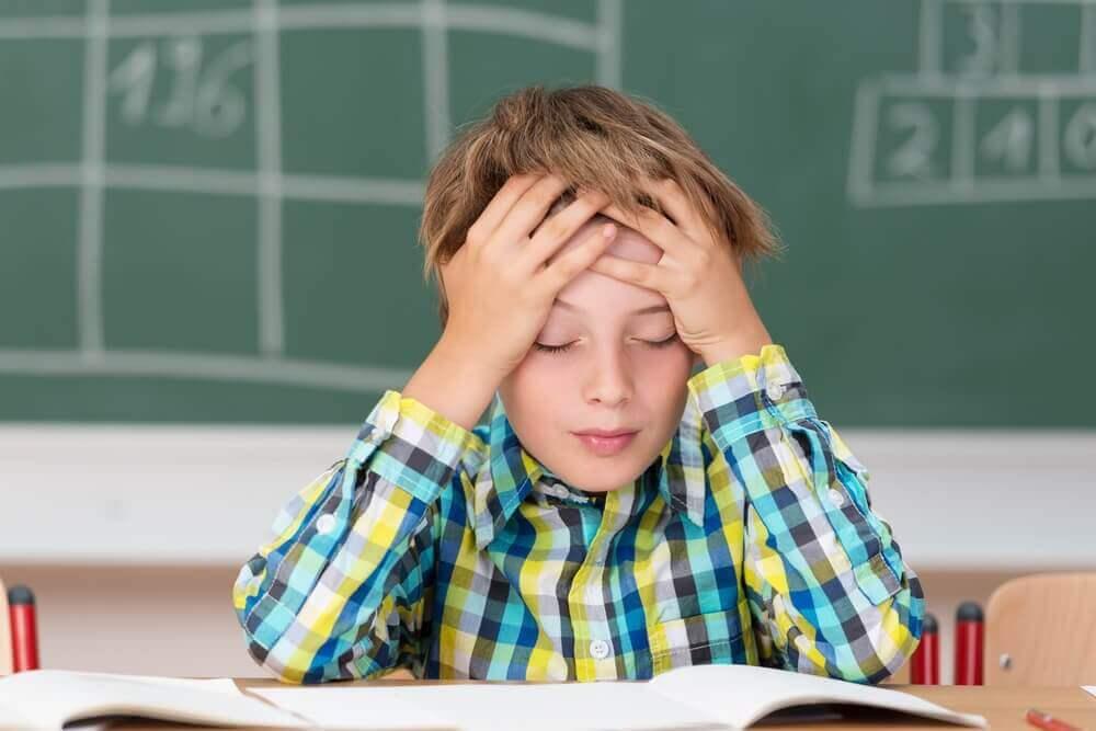 Συμπτώματα της μηνιγγίτιδας - Παιδί με πονοκέφαλο