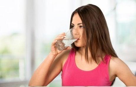 γυναίκα που πίνει νερό