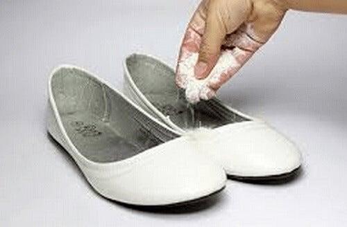 Άσχημες οσμές στα παπούτσια - Μαγειρική σόδα στα παπούτσια