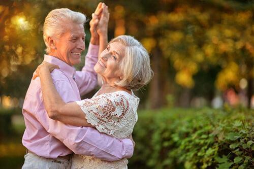 ώριμο ζευγάρι που χορεύει