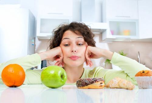 γυναίκα στη μέση από γλυκα και φρούτα