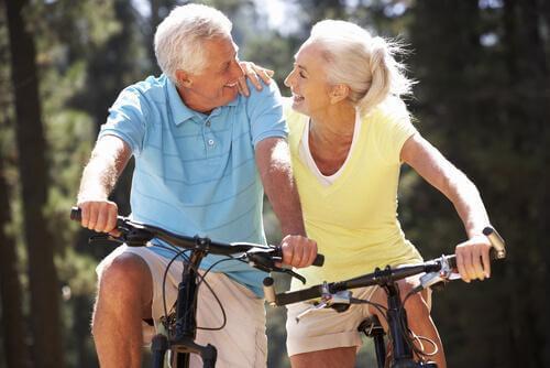 ώριμο ζευγάρι σε ποδήλατων
