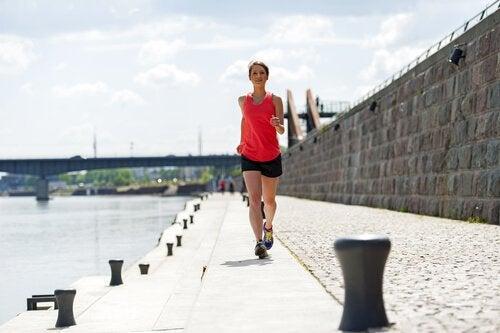 Δεκαπεντάλεπτη ρουτίνα ασκήσεων για καύση του λίπους