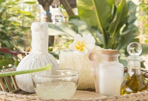 Σπιτική θεραπεία για να μειώσετε τις ραγάδες, τις ουλές και τις κηλίδες - Ζελέ σε μπολ και καρύδα σε δοχείο