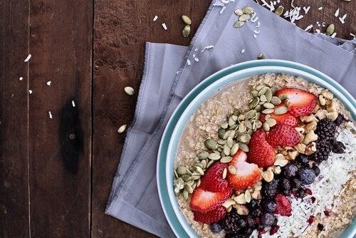 Πρωινό γεμάτο ενέργεια με σπόρους και φράουλες