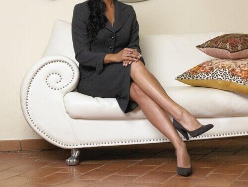 γυναίκα με σταυρωμένα πόδια- 6 καθημερινές συνήθειες που είναι εξίσου κακές με το κάπνισμα