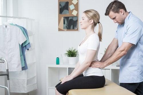 Τέσσερις προτάσεις για ν' ανακουφίσετε τον πόνο στο κάτω μέρος της πλάτης, μασάζ