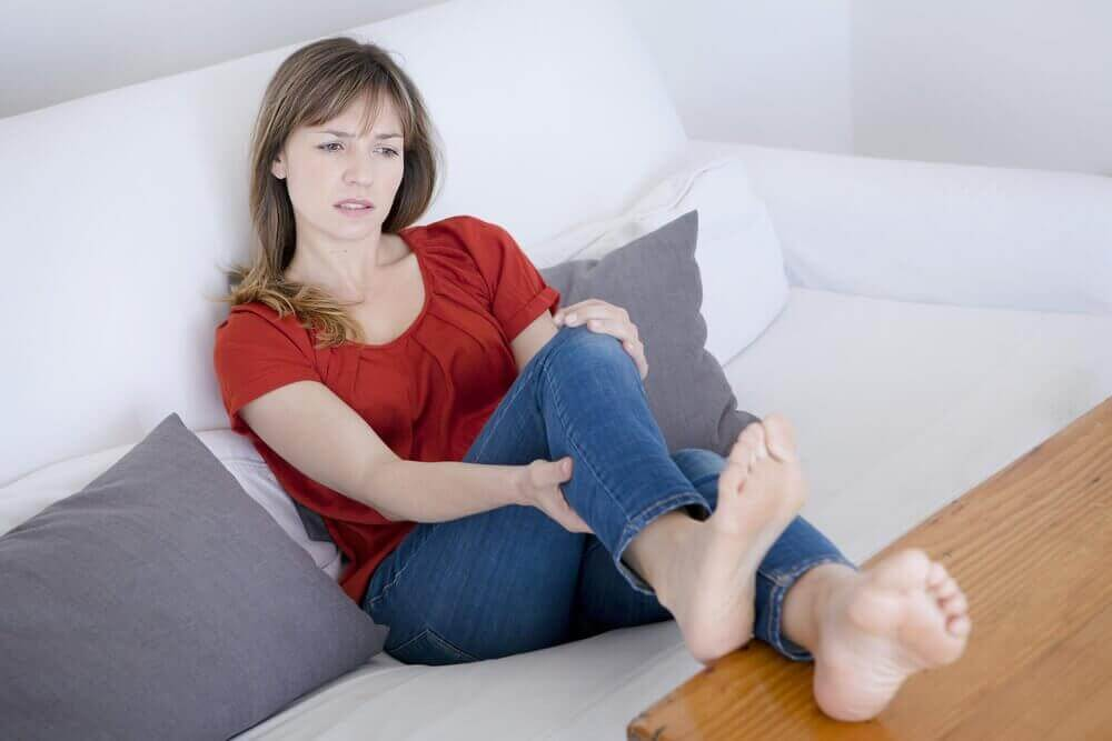Θρόμβοι στο αίμα - Γυναίκα με πόνο στα πόδια