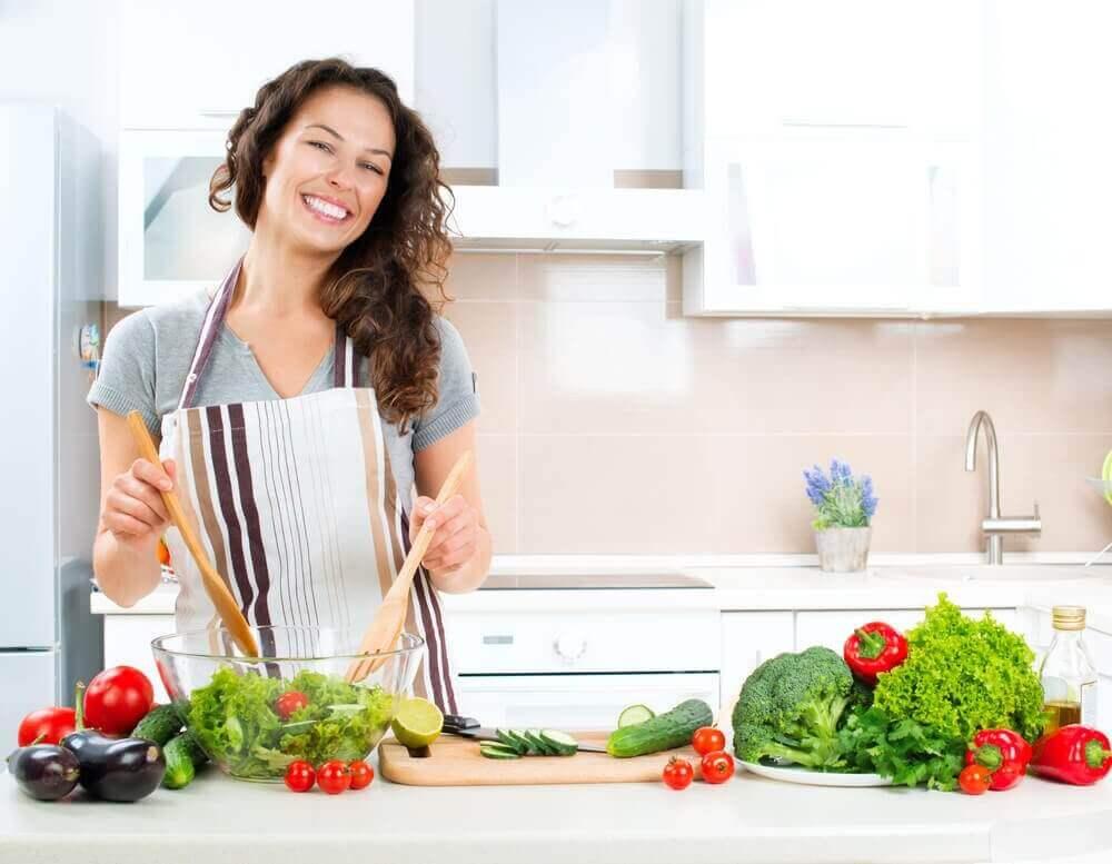 γυναικα που φτιάχνει σαλάτες- αέρια για την υγεία