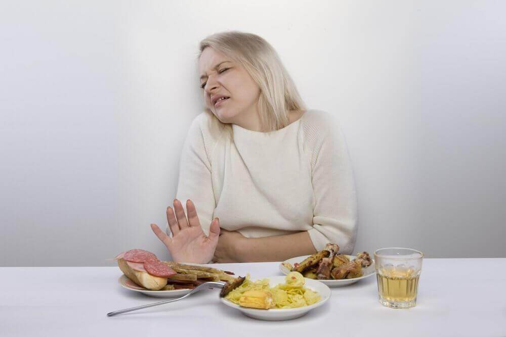 γυναίκα με πόνο στην κοιλιά