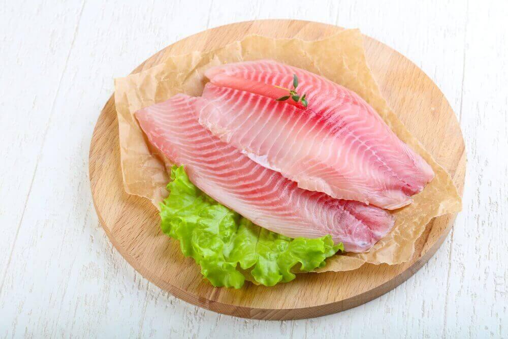 φιλέτο ψαριού σε πάγκο με μαρούλι