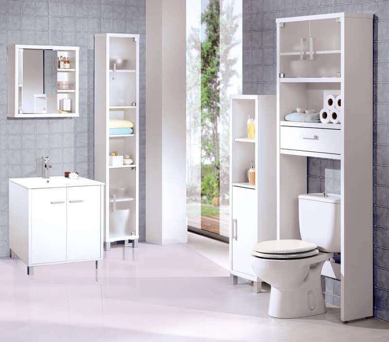 μπάνιο σε άσπρα είδη υγιεινής