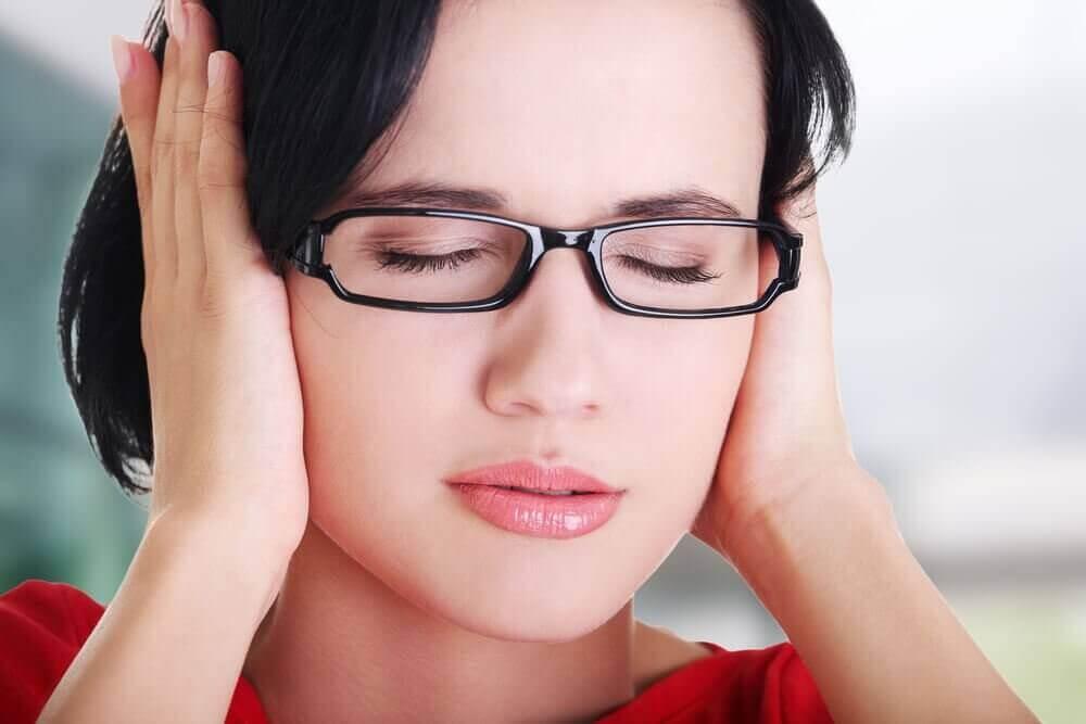 Γυναίκα κρατά τα αυτιά της