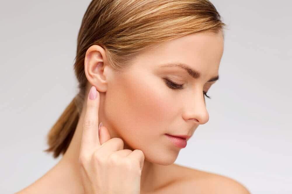 Γυναίκα ακουμπά το αυτί της