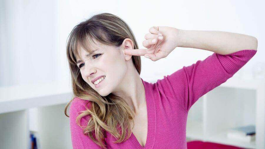 ανακουφιστείτε από τις εμβοές- γυναικα με πονο στο αυτι