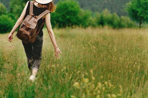 Χαρακτηριστικά των δυναμικών γυναικών - Γυναίκα περπατά στην εξοχή