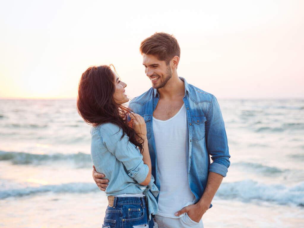 ζευγάρι στην παραλία