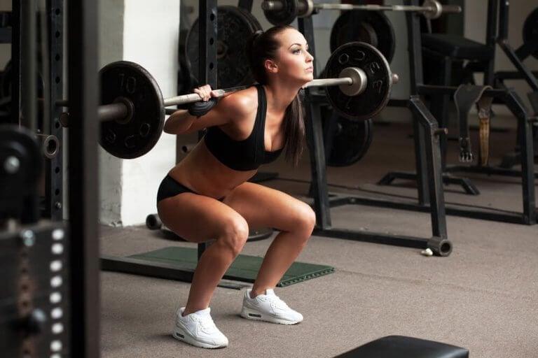 γυναίκα με βάρη- αυξήσετε τη μυϊκή μάζα