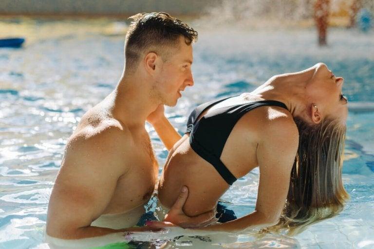 6 συμβουλές για να απολαύσετε το σεξ μέσα στο νερό