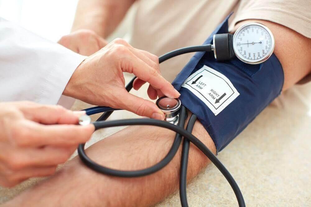 Συνταγές με παντζάρι - Γιατρός μετρά την πίεση ασθενούς