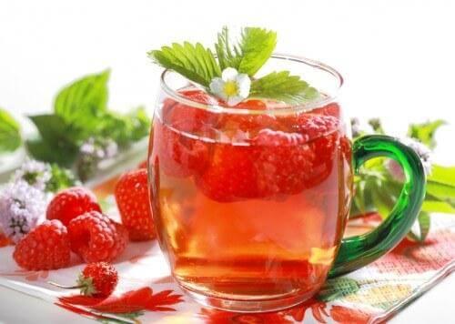 6 γευστικά αποτοξινωτικά ροφήματα που θα σας βοηθήσουν ν' αδυνατίσετε, βατόμουρο και πορτοκάλι