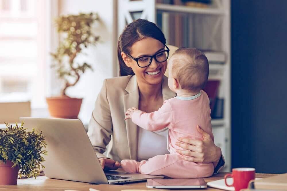 γυναίκα σε γραφείο με μωρό