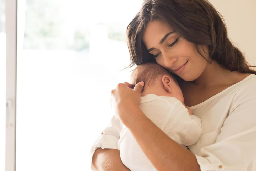 γυναικα που αγκαλιάζει το μωρό της