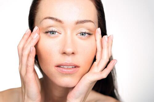 6 συμπτώματα στο πρόσωπό σας που δείχνουν ανεπάρκεια βιταμινών, πρησμένα μάτια
