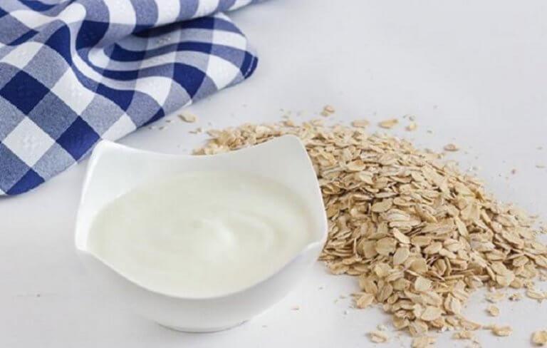 6 υγιεινά σνακ που μπορείτε να φάτε πριν πάτε στο κρεβάτι, γιαούρτι με βρώμη