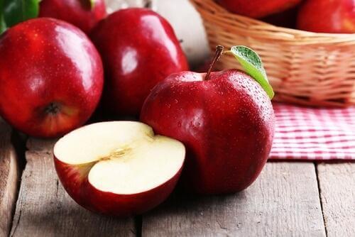 μήλα κομμενα στη μέση κ ολόκληρα