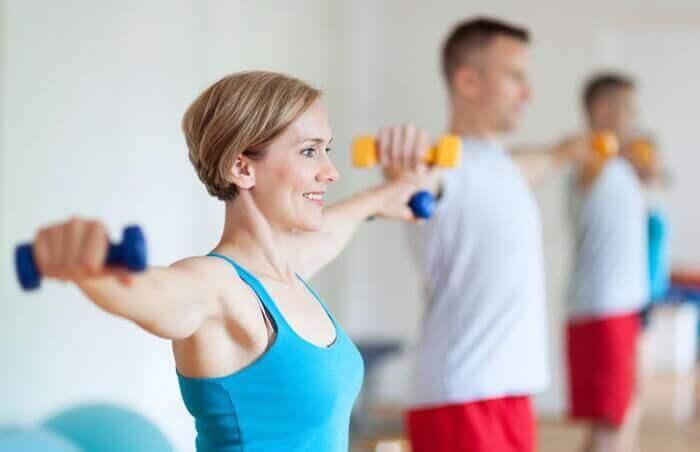 Ασκήσεις για να εξαφανίσετε το λίπος από τα μπράτσα, πλαϊνά ανοίγματα