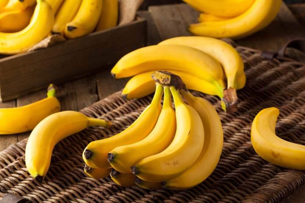 μπανάνες σε τσαμπιά για την αφαίρεση των ρόζων του δέρματος