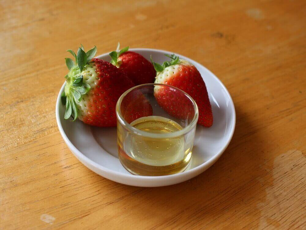Ελαιόλαδο για το δέρμα - Λάδι σε ποτήρι και φράουλες σε πιάτο