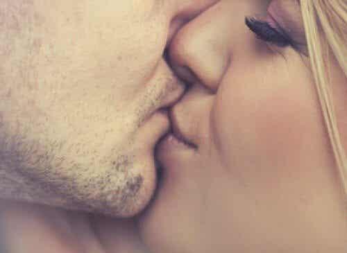 5 κοινές μολύνσεις που μεταδίδονται με το φιλί